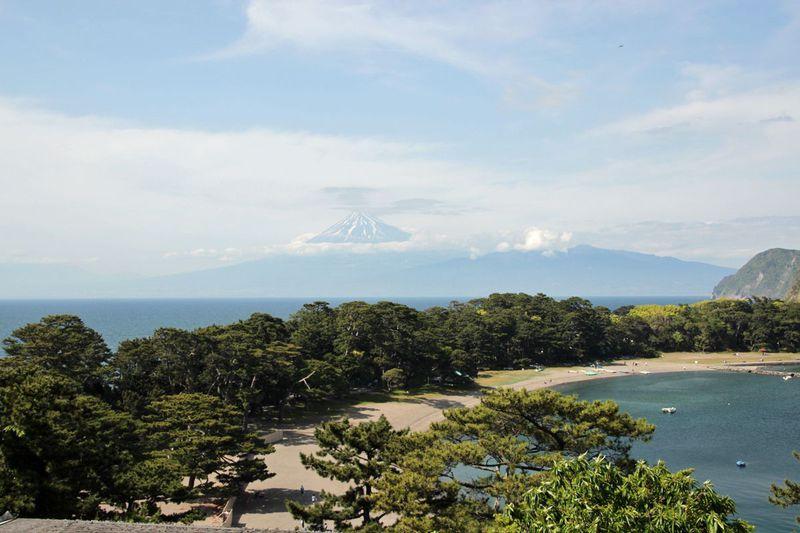 御浜岬越しに見る富士の絶景!西伊豆の港町「戸田」で海辺散歩