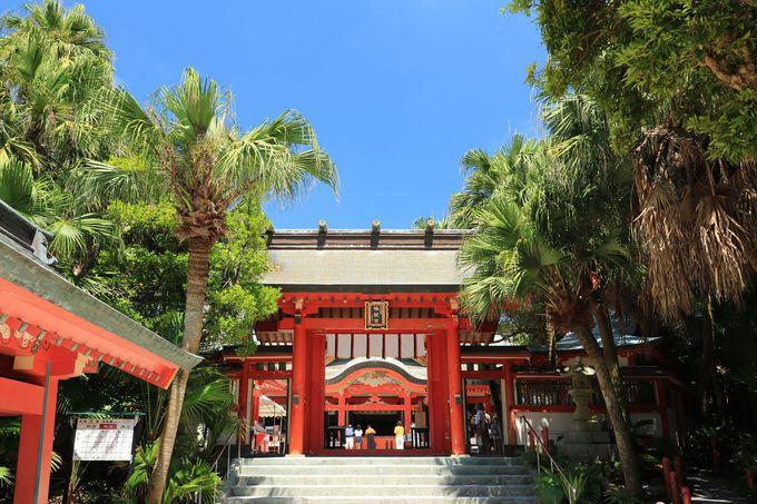 南国的リゾート感と日本古来の神話伝承が共存する魅力