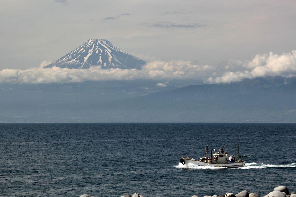 御浜岬の海岸から駿河湾越しに富士山を見る