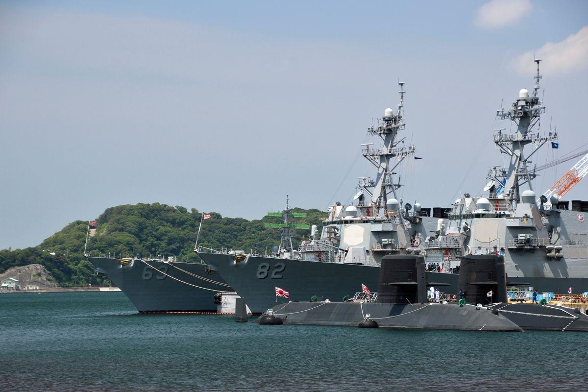 対岸の米軍横須賀基地と停泊する艦船が間近に!