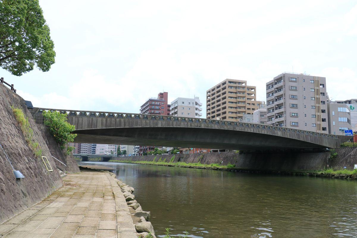 余裕があれば、甲突川に架かる現在の橋の姿も見ておこう