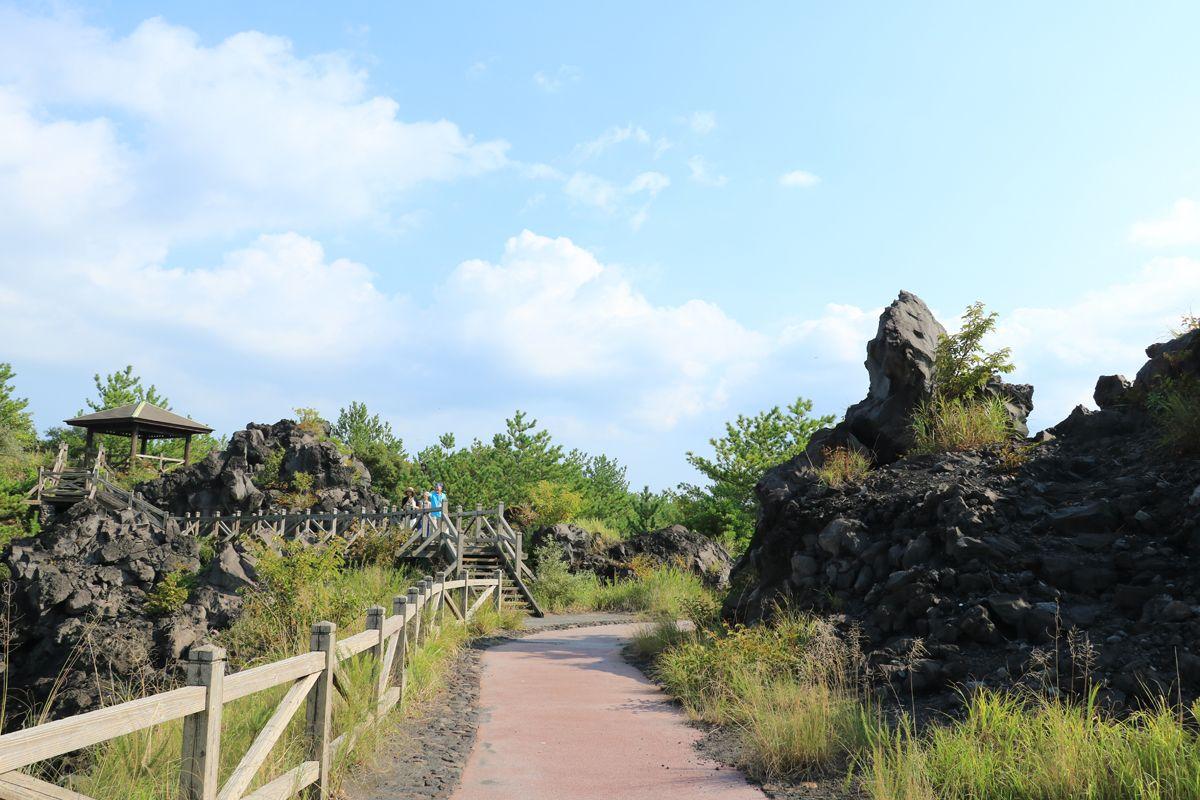 「溶岩なぎさ遊歩道」へ歩を進めて、溶岩原の奇観を楽しもう