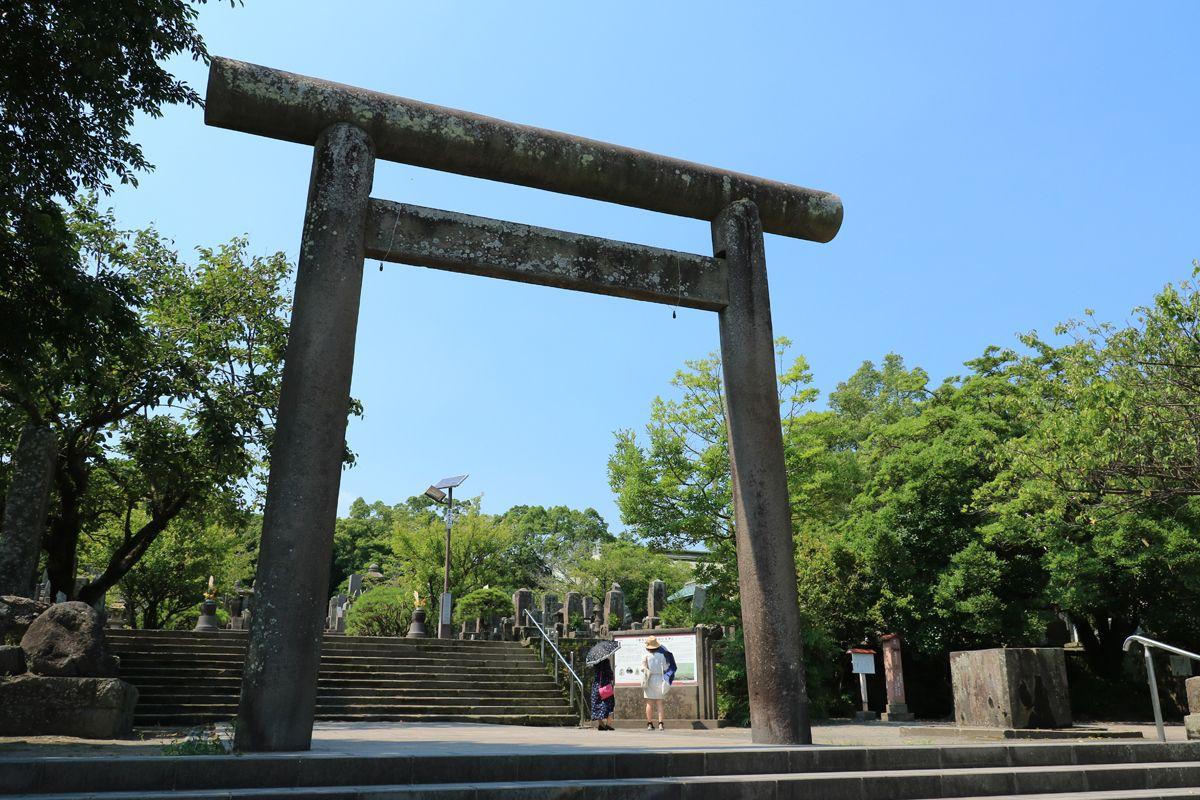 西郷隆盛、今は桜島を望む南洲墓地に眠る