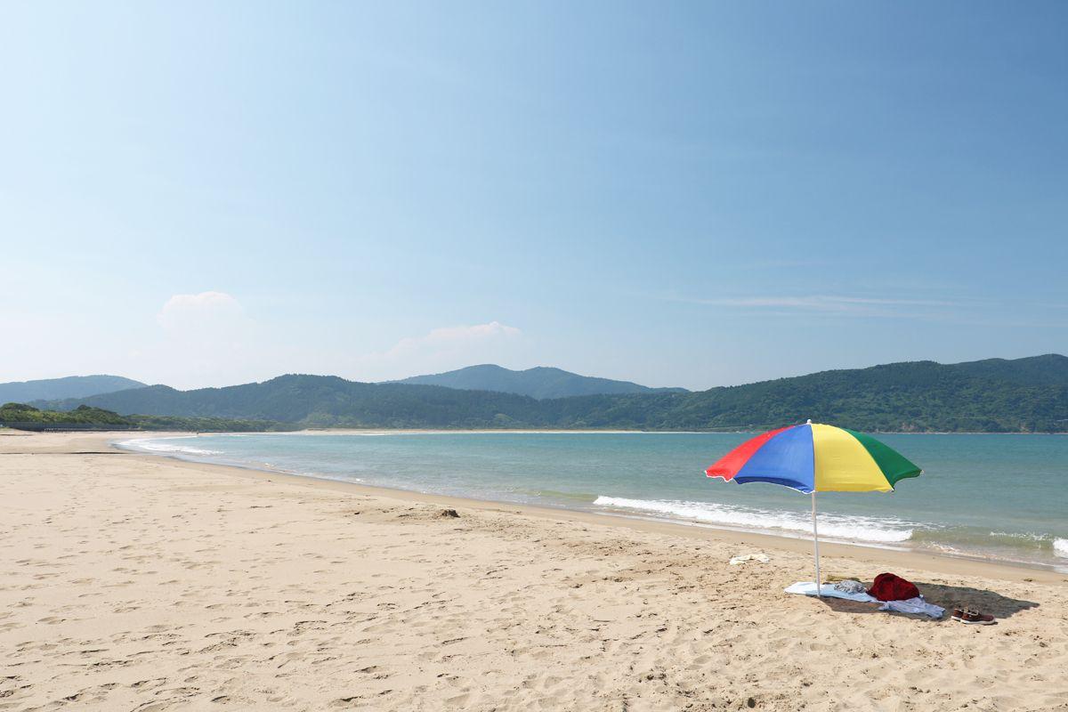 青い海と空、山々と砂浜が織り成す景観の美しさを堪能!