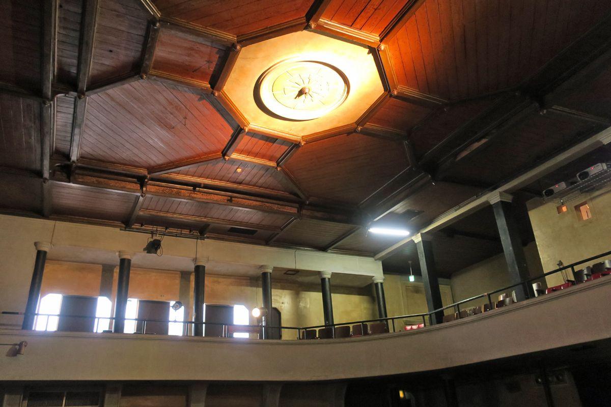 建築当時のままに残る天井装飾!大正昭和にタイムスリップ