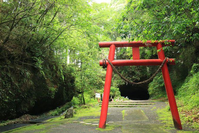 昔の大噴火と湧き水の浸食が造った神秘の洞穴