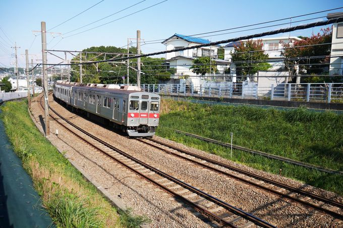もうすぐ「つくし野駅」、走る電車を間近に眺めよう