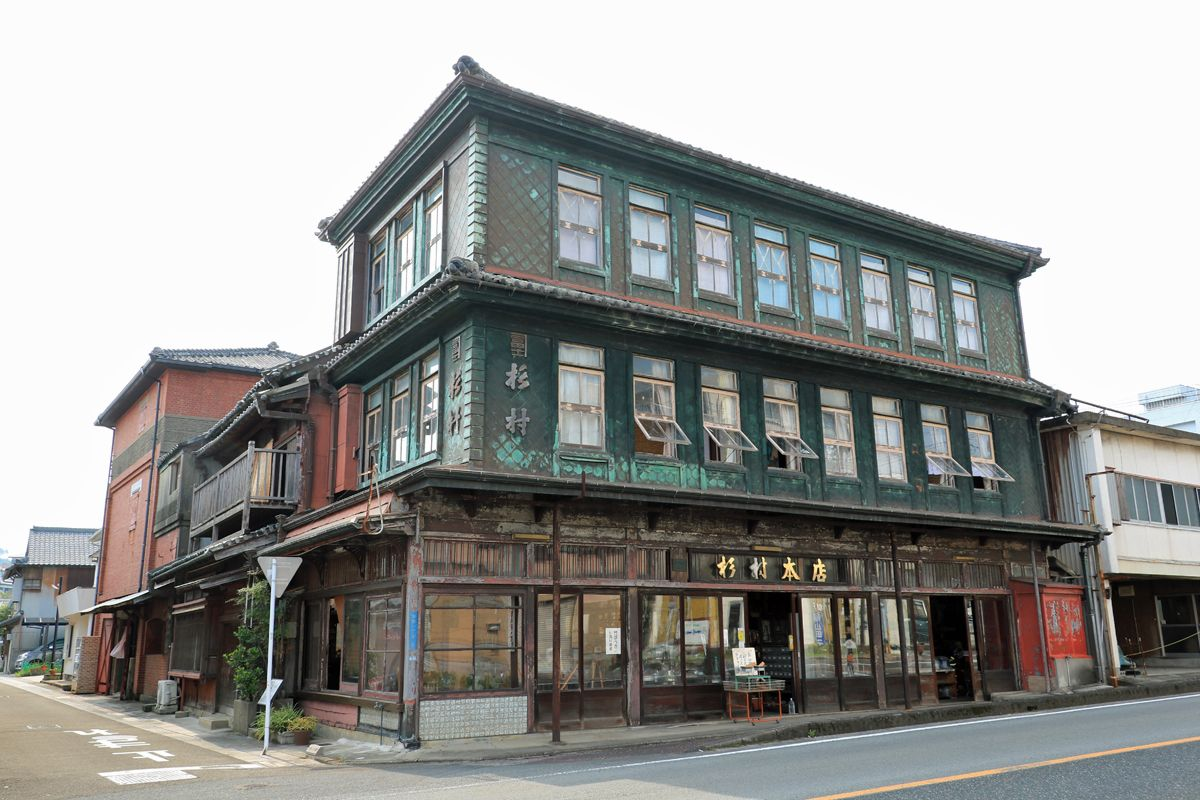 木造三階建ての貴重な建築物、杉村金物本店は必見!