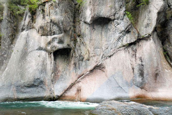 河岸の散策路を辿って渓谷の景観を堪能!