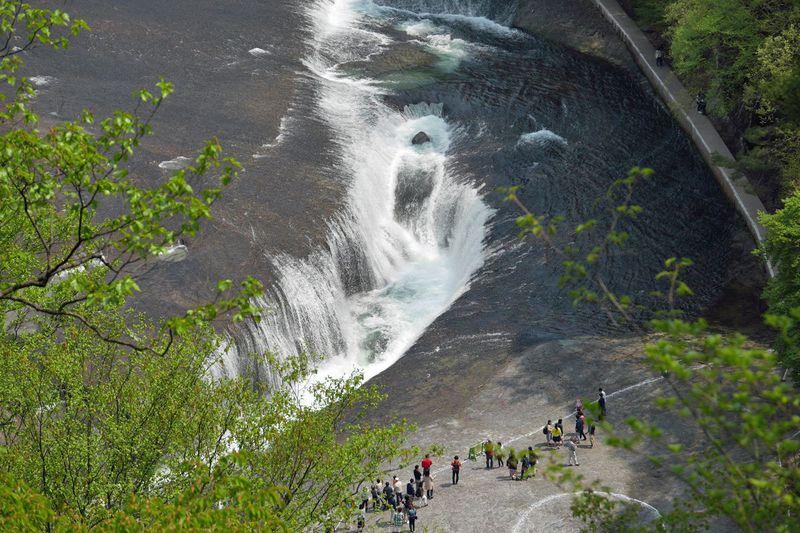 新緑の渓谷美と名瀑を堪能!群馬県沼田市「吹割の滝」が絶景
