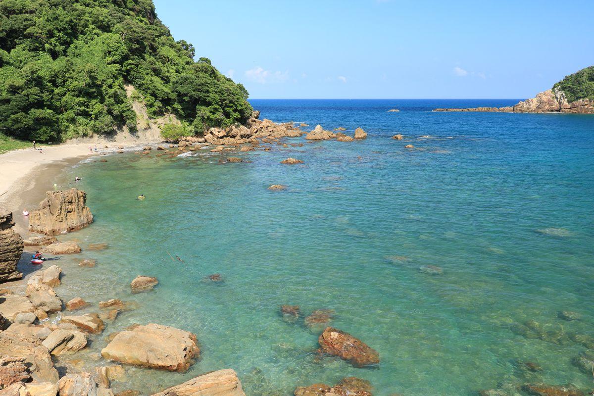 「夫婦浦」は鄙びた漁港の風情と荒々しい磯辺の景観が魅力