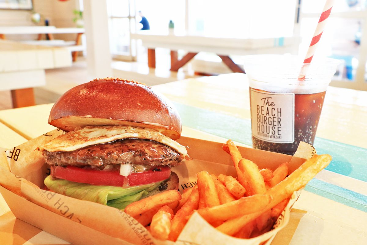 粗挽き牛肉100%のパティと自社製造バンズの絶品ハンバーガーを頬張ろう!