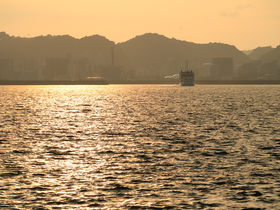 夕陽に輝く錦江湾が美しい!旅情を誘う夕暮れの桜島フェリー