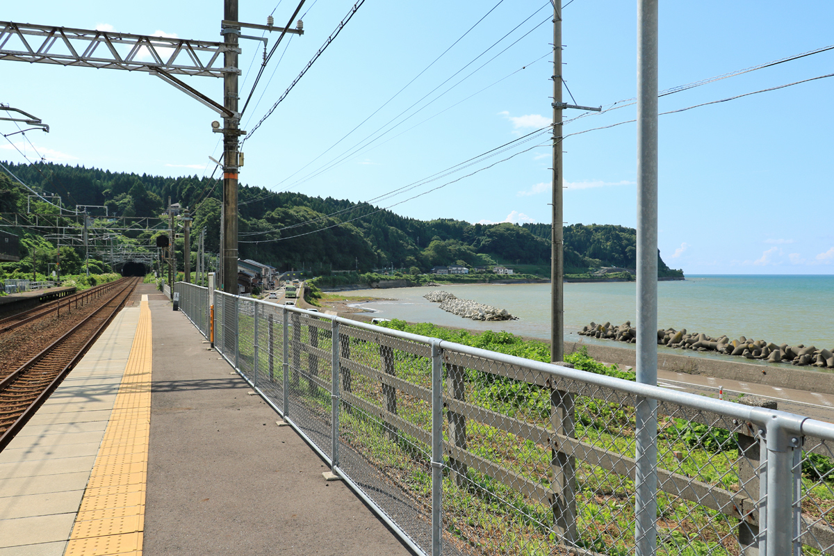 有間川駅は海辺の駅、ホームからも駅舎からも海が見える