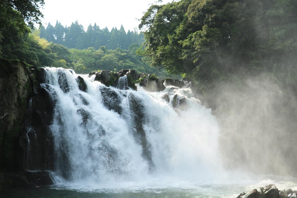 滝の迫力を体感!吊り橋の上から間近に観瀑