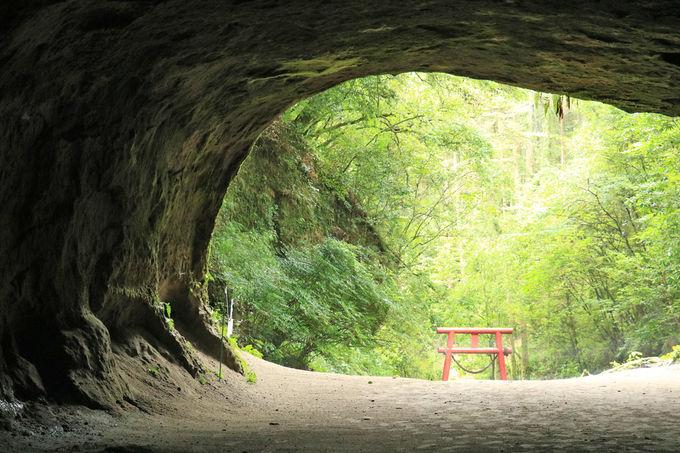 桐原の滝や溝ノ口洞穴、周辺の見所にも足を延ばそう