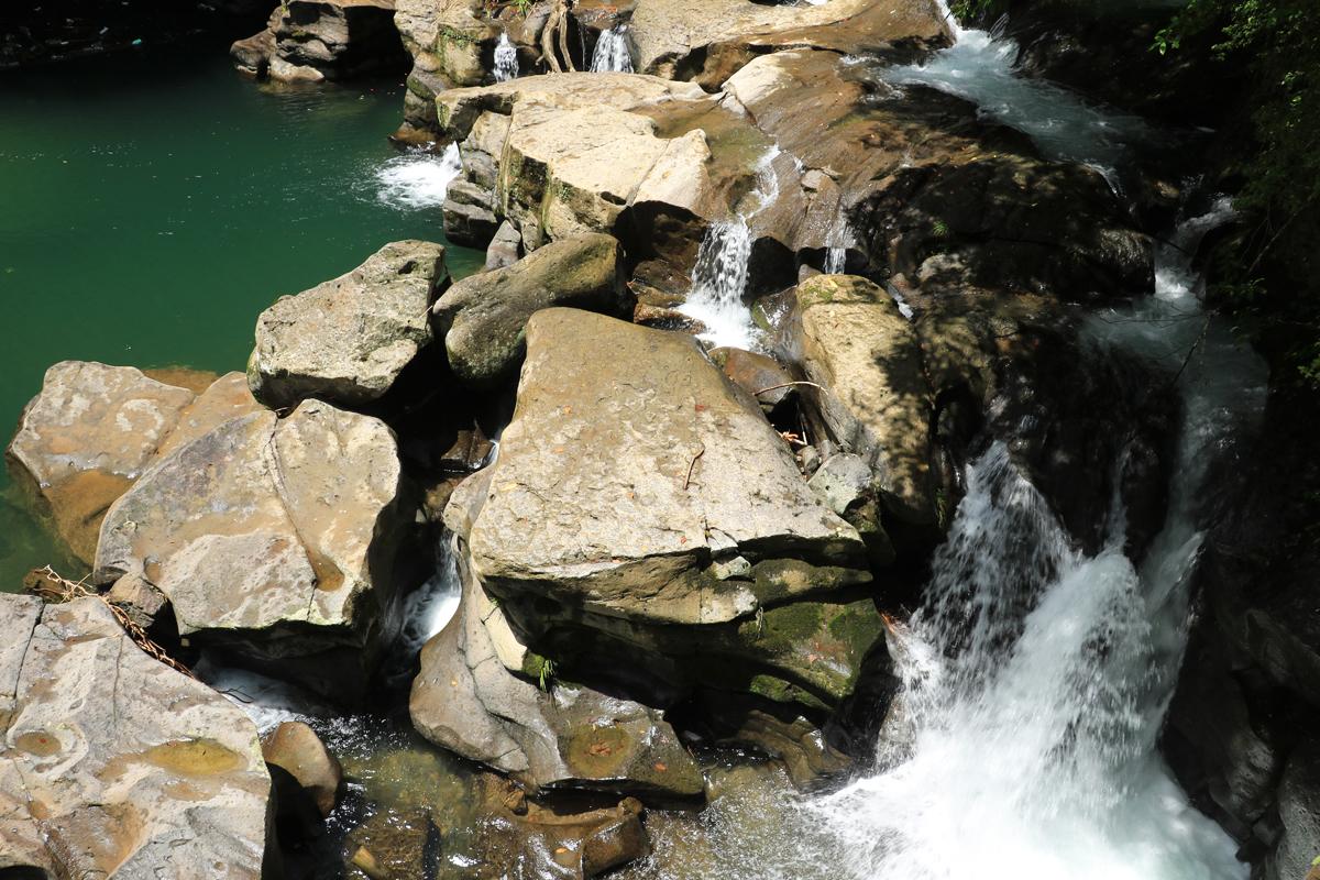 堅い岩盤を水が抉ってできた奇観を楽しもう