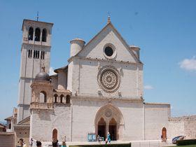 ピンク色に輝く珠玉の町、中世の雰囲気に浸るイタリア・アッシジ聖地巡礼の旅