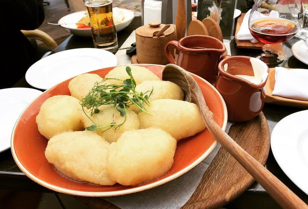 ローカルの人気レストランでリトアニアの伝統料理を食べる!
