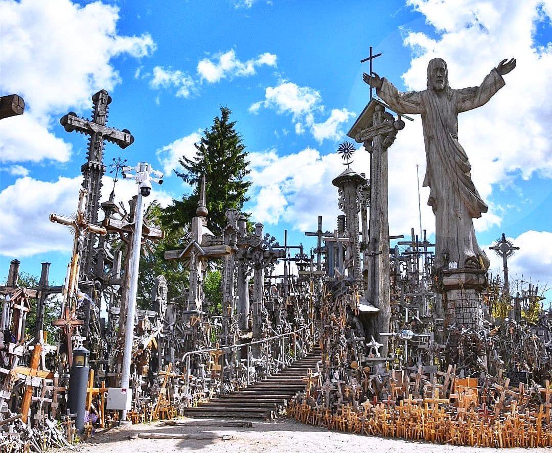 リトアニア最大の巡礼地「十字架の丘」で祈る!シャウレイ