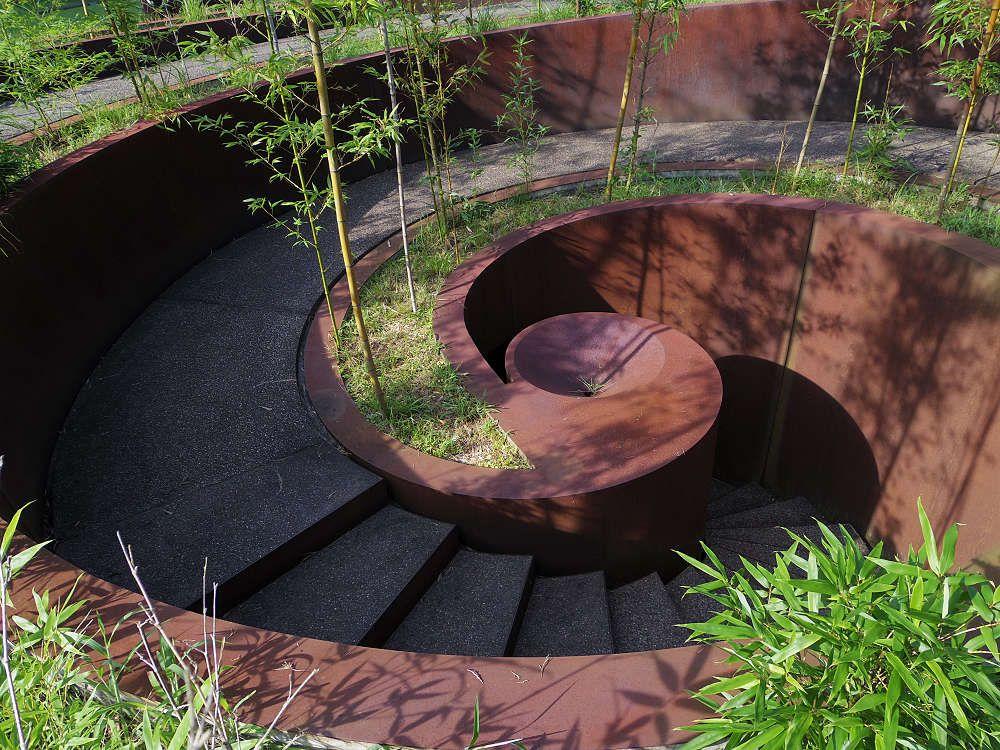 地下通路に潜って光の変化を愉しむ「螺旋の竹林」も