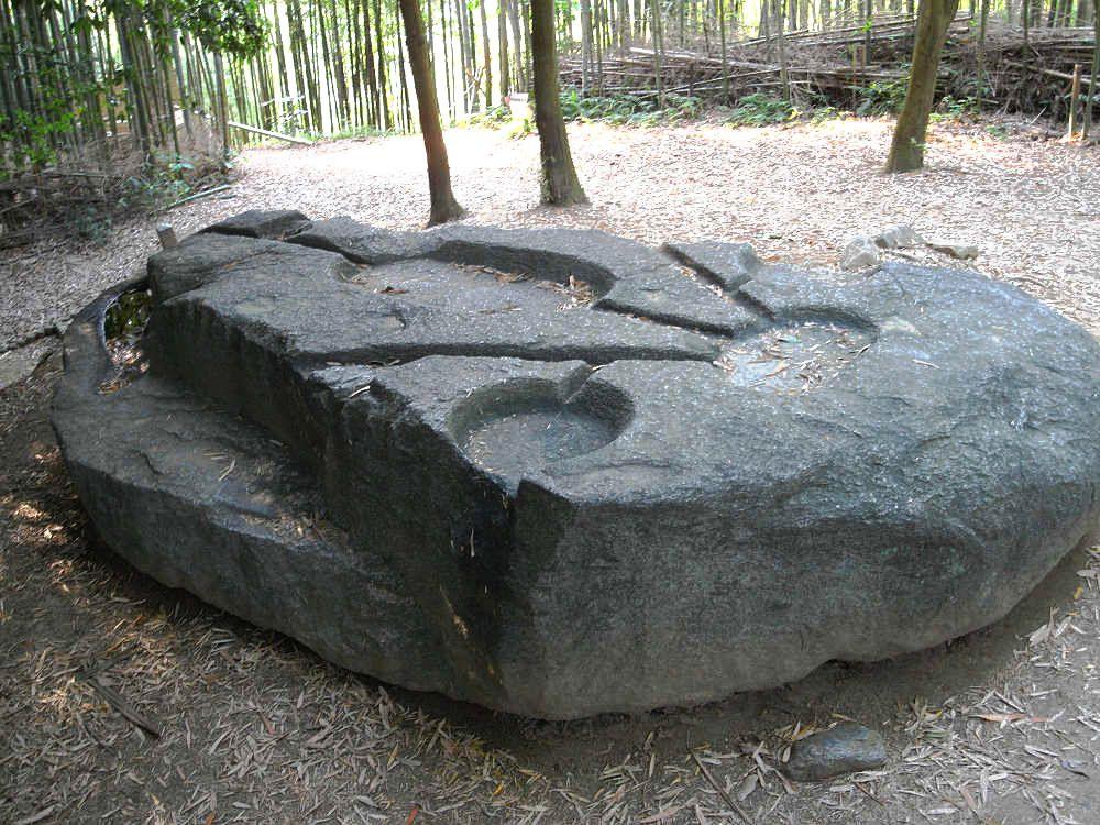 幾何学的な円と線が刻まれた巨石「酒船石」