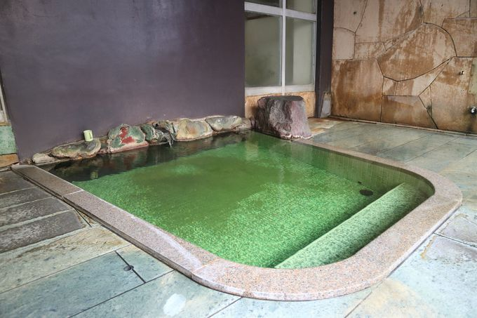 無色からエメラルドグリーンへ、「有田屋」プチ不思議温泉