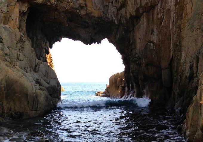 波音を轟かせハート形の洞門を通り抜ける太平洋の豪快な荒波