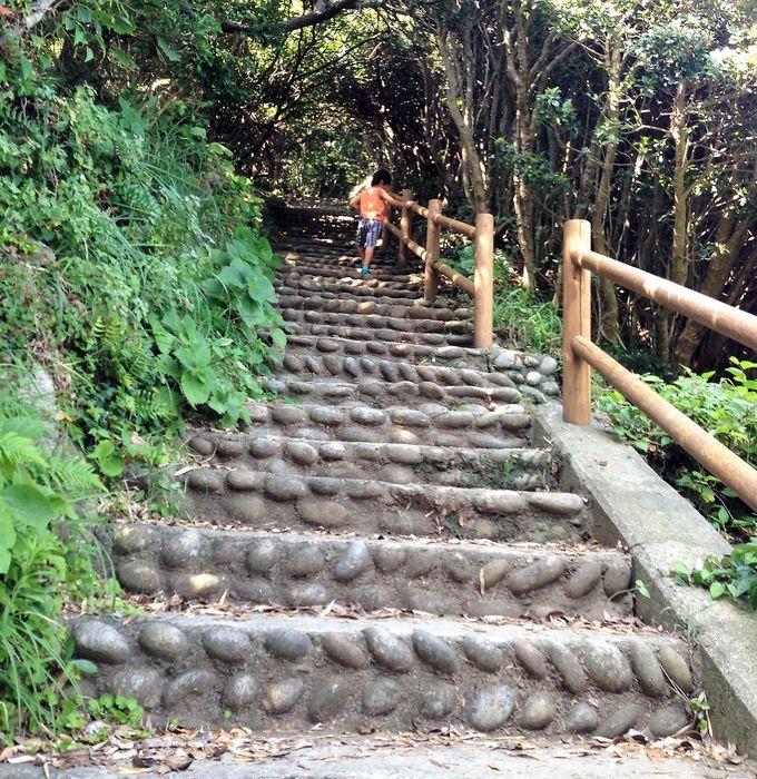 洞門へと降りる急勾配の急階段