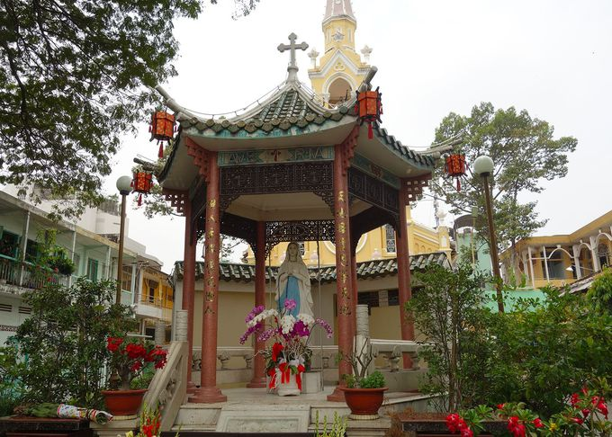 チョロン(中華街)地区、イエローが鮮やかなチャタム教会