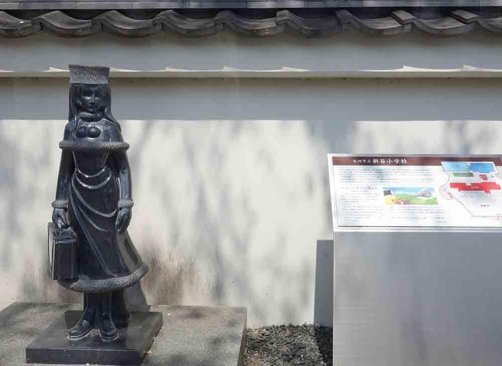 松本零時士寄贈の大きな壁画がお出迎え、大洲市立新谷小学校