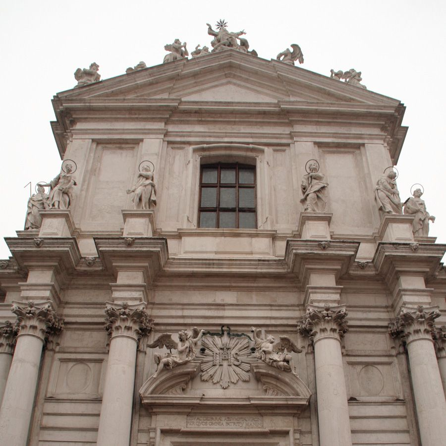 フォンダメンテ・ノーヴェのバロック様式:ジェズイーティ教会