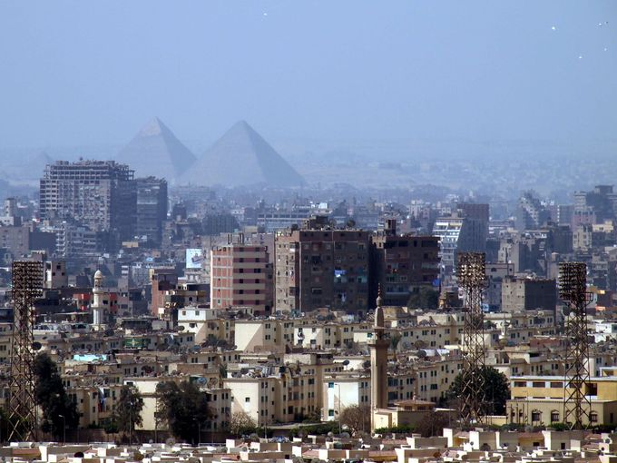 千のミナレットの街とピラミッドを一望する