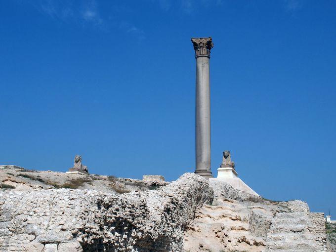 「ローマの円形劇場」と謎多き「ポンペイの柱」