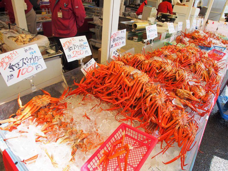 ズワイガニが100円から!魚介類の宝庫・寺泊「魚のアメ横」は食べ歩きが楽しい
