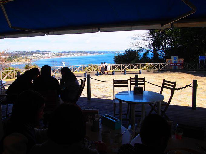 海が見えるテラス席とテラスに面したテーブル席がオススメ