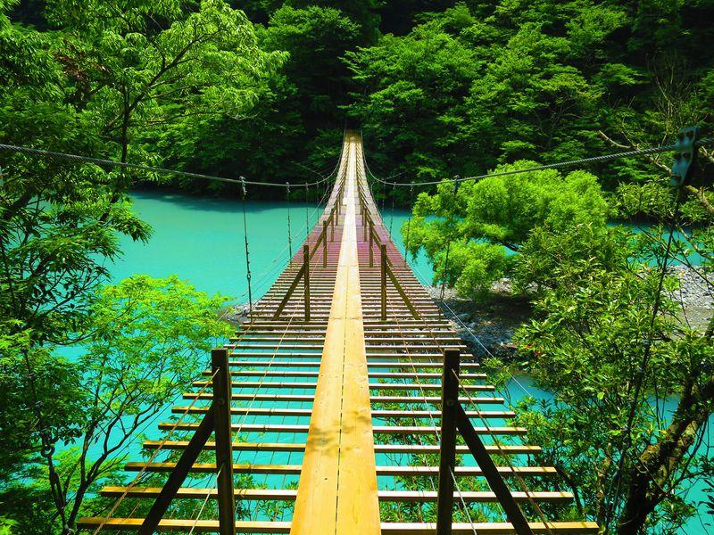 静岡・寸又峡「夢の吊橋」が絶景すぎる!ミルキーブルーの湖が美しい
