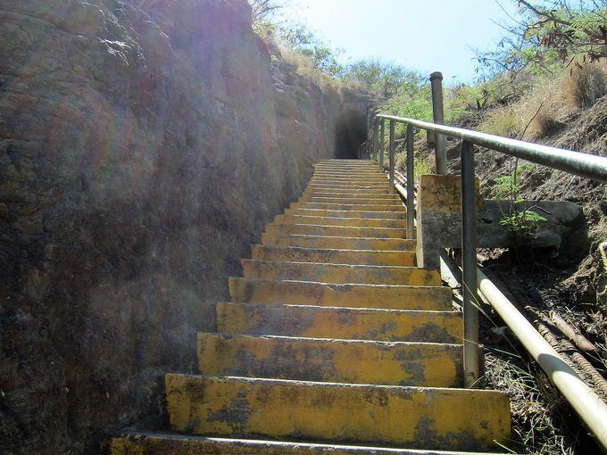 急で狭い階段と薄暗いトンネル
