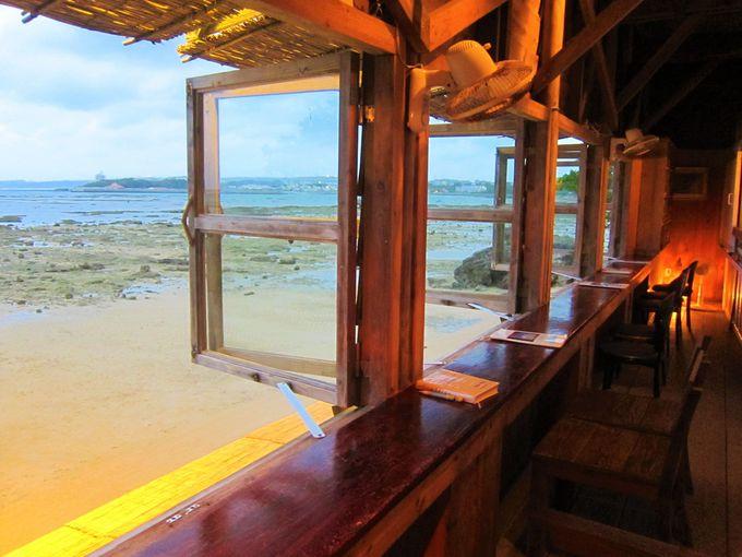 窓から覗く感動の絶景「浜辺の茶屋」