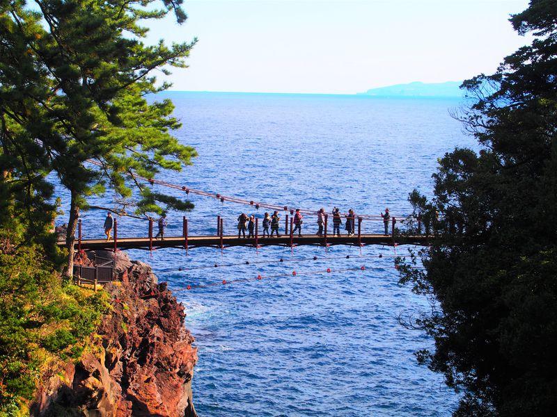 伊豆・城ヶ崎海岸で絶景を楽しむ!観光の中心地門脇吊橋を目指そう