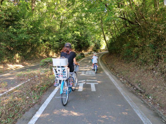 西口ゲートを目指そう!移動は貸自転車が便利
