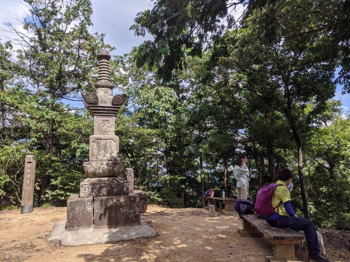 宝篋印塔の建つ山頂