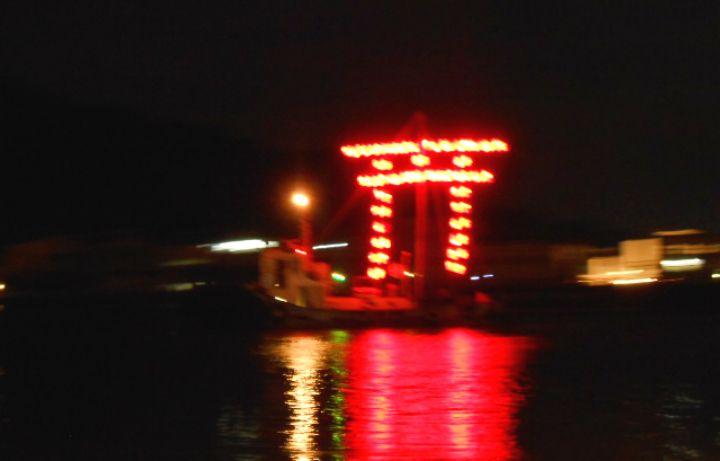 日が沈んだら、提灯船に注目