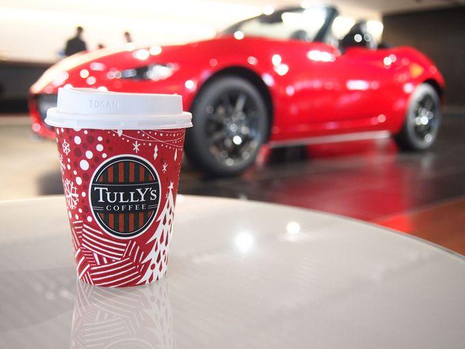 見学後はロビーで車を眺めながらコーヒー