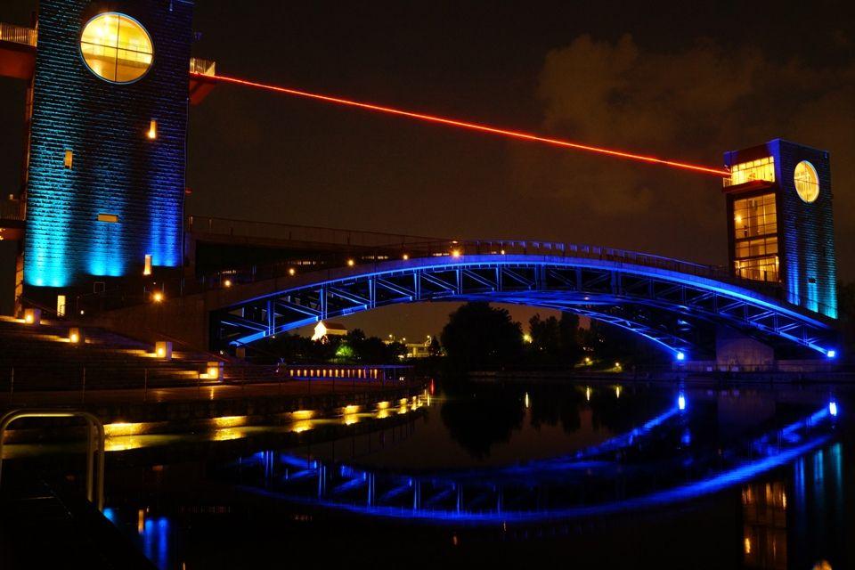 公園のシンボル天門橋が美しさを際立たせる
