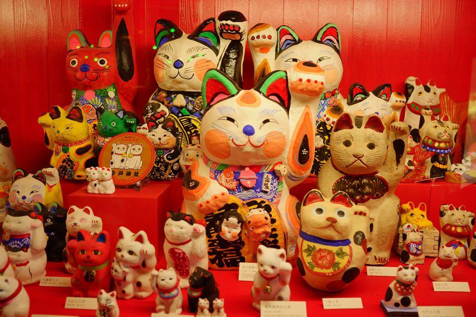 多くのユニークな招き猫たちに出会える岡山の招き猫美術館