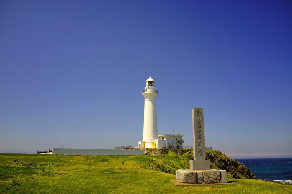 レンガ造りでは日本一の高さ!美しい白色の灯台「尻屋崎灯台」