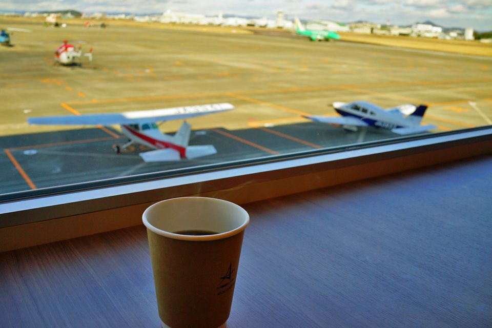 滑走路を眺めながらのコーヒーブレイクも可能