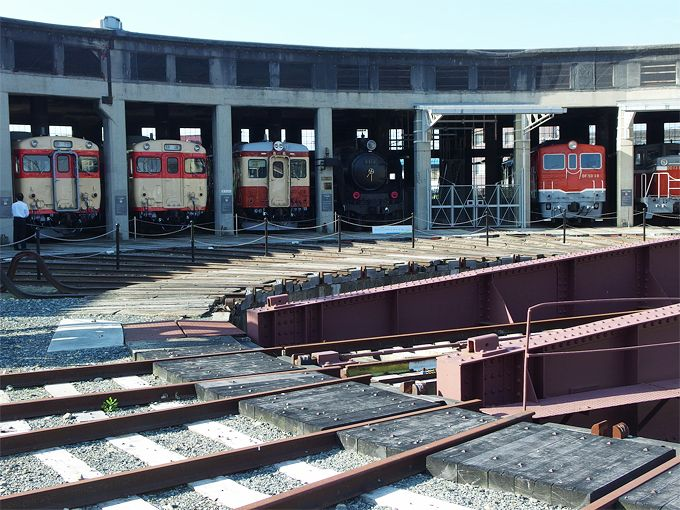扇形機関車庫に国鉄時代の名車両が!「津山まなびの鉄道館」