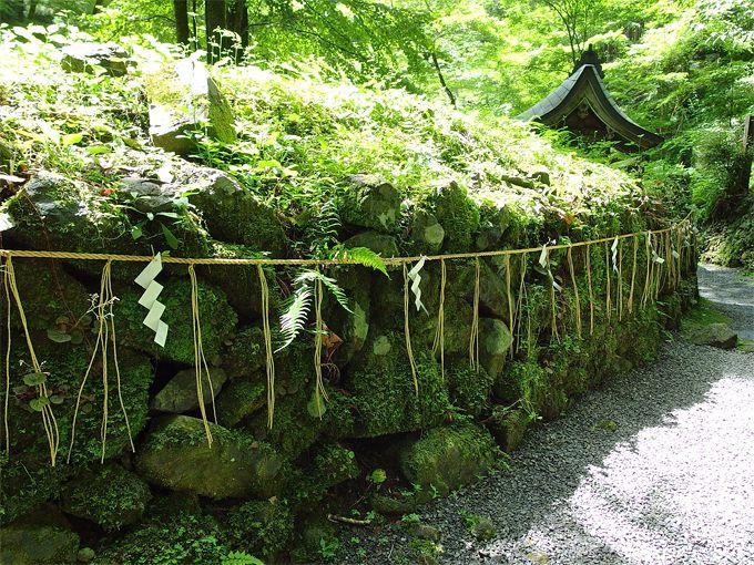 奥宮の神秘の源は、本殿下の龍穴と船形石?